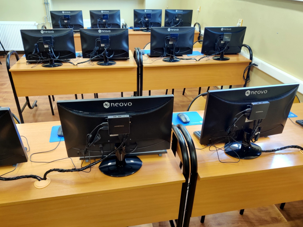 Stanowiska terminalowe - szkolna pracownia komputerowa w Czempiniu
