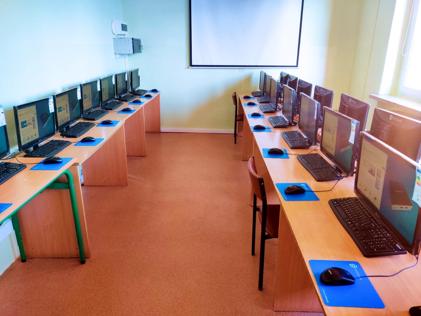 Stanowiska terminalowe vCloudPoint - pracownia informatyczna w szkole podstawowej w Głuchowie