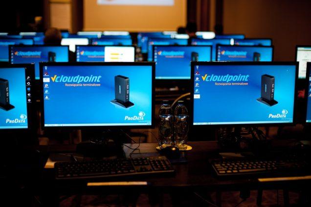 Terminale vCloudPoint - stanowiska komputerowe na konferencji w sali hotelowej